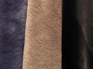 Castorino azul, gris oscuro y negro.